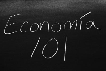Las palabras Economía 101 en una pizarra con tiza