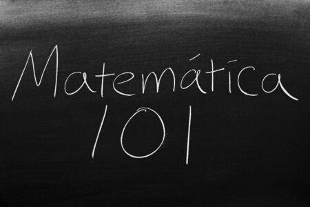 Las palabras Matemática 101 en una pizarra con tiza