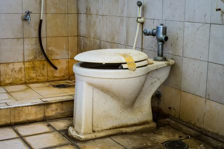 Photo pour dirty old toilet bowl - image libre de droit