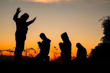 Photo pour Silhouette of Christian prayers raising hand while praying to the Jesus - image libre de droit