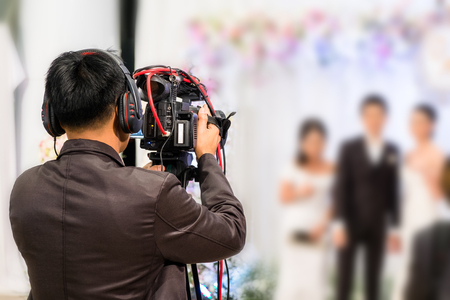 Photo pour professional videographer recording wedding ceremony day with professional camcoder and boardcasting. - image libre de droit