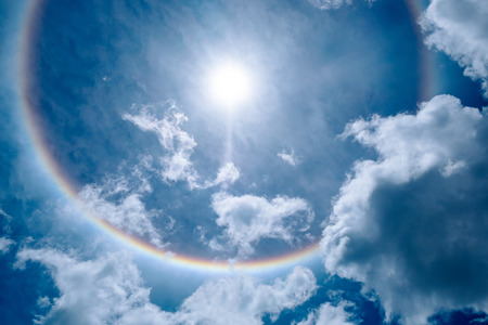 Photo pour Sun Halo in the Beautiful Sky with Fluffy Clouds. - image libre de droit