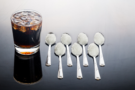 Photo pour Concept of fizzy cola drinks with unhealthy sugar content. - image libre de droit