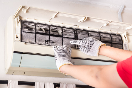 Photo pour Technician pointing to air conditioner filter full of trapped dust that is harmful to health - image libre de droit