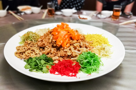 Photo pour Serving of Yee Sang or Yusheng with raw salmon fish during Chinese New Year, for luck and prosperity - image libre de droit