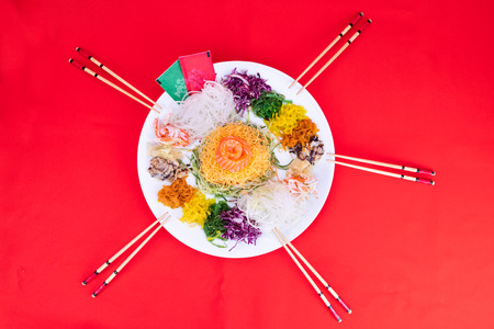 Foto de Serving of Yee Sang or Yusheng believed to bring luck. Taken during Chinese New Year by tossing with chopsticks - Imagen libre de derechos