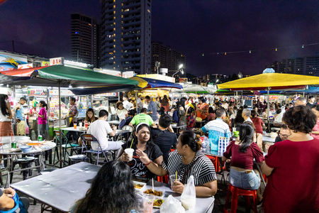 Photo pour PENANG, JUNE 7, 2019: People dining at Gurney Drive hawker centre.  Gurney Drive offers variety of popular local delicacies and is popular among tourists. - image libre de droit