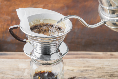 Photo pour Making brewed arabica coffee from steaming filter drip style. - image libre de droit