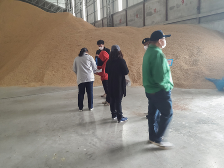 Officials from the Thai government jointly investigated the amount of rice in the warehouse.Mahasarakham,Thailand March 24,2018