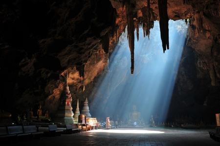 Photo pour Sunbeam in cave - image libre de droit