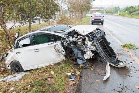 Photo pour Accident car crash with tree on the road - image libre de droit