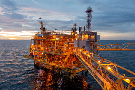 Photo pour Offshore oil and gas rig platform with beautiful sky in sunset time for business industry concept. - image libre de droit