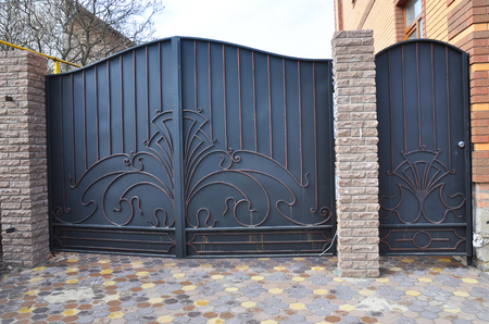 Photo pour Installation of Stone and Metal Fence with Door and Gate for Car.  - image libre de droit
