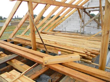 Photo pour Unfinished house roofing construction trusses, timber. - image libre de droit