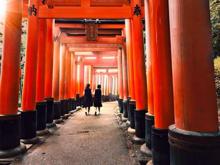 Photo pour Pathway underneath red torii gates leading to a Japanese shrine - image libre de droit