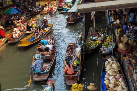 Photo pour Travel boat at floating local market in Thailand with many fruit and vegetable from farm - image libre de droit