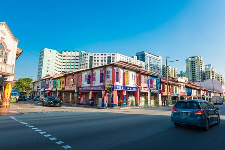 Photo pour SINGAPORE - MARCH 7, 2015 : Indian Business District Walk street It's Indian people who live in Singapore.Old buildings here are colonial style. People call it that. Little India - image libre de droit