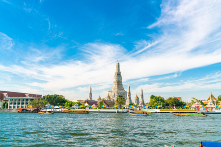 Foto de Temple of dawn Wat Arun with Chao Praya river sightseeing landmark of Bangkok, Thailand - Imagen libre de derechos