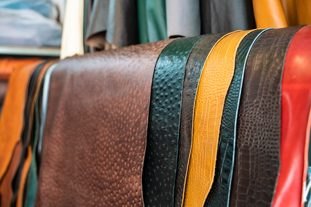 Foto de Raw genuine leather on shelf in crafts shop, Handmade market - Imagen libre de derechos
