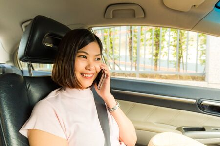 Photo pour Young asian women use smartphone in car while travel, Vacation concept - image libre de droit