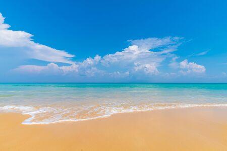 Photo pour Beautiful clear sea beach white sand against blue sky with cloud summer vacation concept - image libre de droit