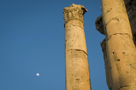 Foto de Ruins of Baalbek and moon. Ancient city of Phenicia located in the Beca valley in Lebanon. Acropolis with Roman remains. - Imagen libre de derechos