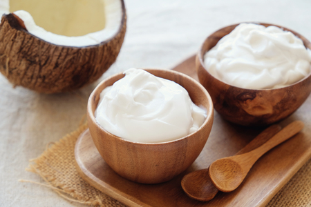 Foto de organic coconut yogurt in wooden bowl, dairy free yogurt, probiotic food - Imagen libre de derechos