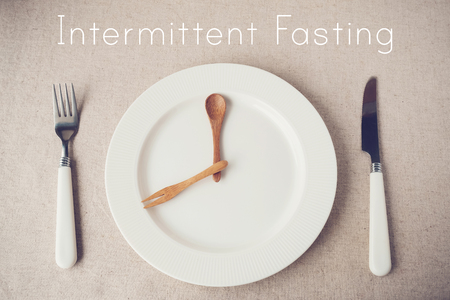 Photo pour white plate with knife and fork, Intermittent fasting concept, ketogenic diet, weight loss - image libre de droit