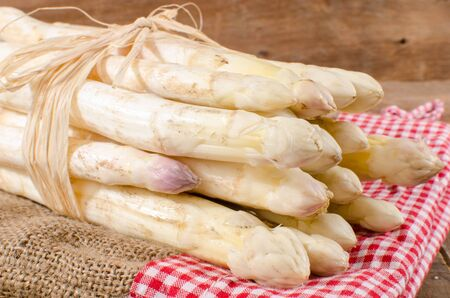 Photo pour Bunch of fresh white asparagus was burlap bag - image libre de droit