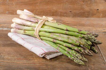 Photo pour Bunch of fresh green asparagus on a towel - image libre de droit