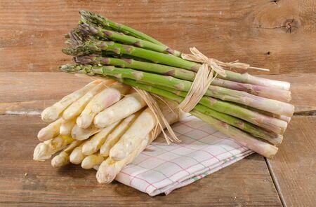 Photo pour Bunch of fresh white and green asparagus on a towel - image libre de droit