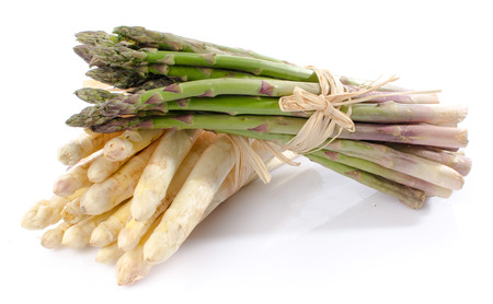 Photo pour Bunch of fresh green and white asparagus, isolated on white - image libre de droit
