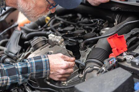 Photo pour Car mechanic checking a car engine - image libre de droit