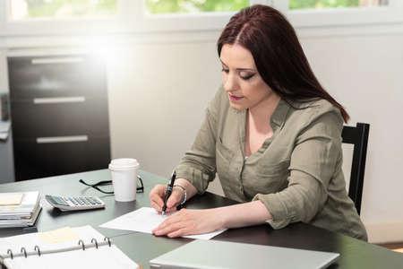 Photo pour Young businesswoman analyzing marketing data - image libre de droit