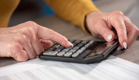 Photo pour Female hands using calculator. Concept of finance and economy - image libre de droit