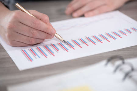 Photo pour Businesswoman analyzing marketing data - image libre de droit