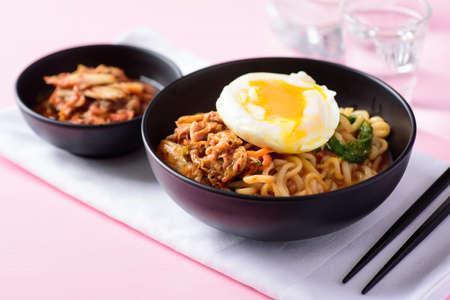 Photo pour Korean food, kimchi spicy noodles soup - image libre de droit