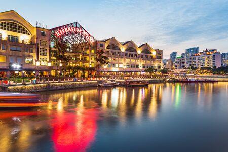 Photo pour SINGAPORE, SINGAPORE - CIRCA SEPTEMBER, 2017:  Clarke Quay of Singapore town by night, Singapore. - image libre de droit