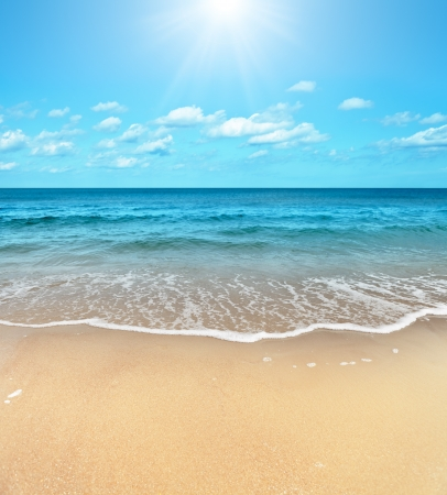 Foto de Perfect sandy beach in hot summer day - Imagen libre de derechos