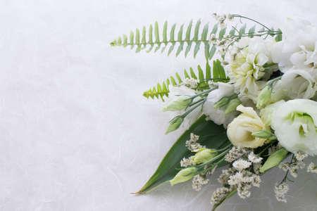 Foto de Flower arrangement of several kinds of white flowers and leaves. - Imagen libre de derechos