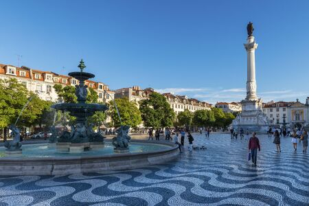 Foto de Lisbon, Portugal - October 22, 2017: View of the Rossio Square with tourists walking by, in the pombaline downtown of the city of Lisbon, Portugal - Imagen libre de derechos