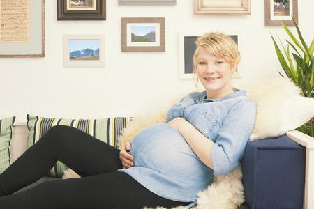 Foto de Happy pregnant young woman - Imagen libre de derechos