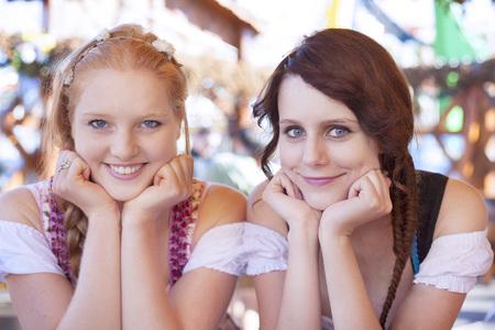 Foto de German girls wearing traditional dirndl - Imagen libre de derechos