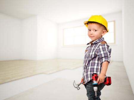 Photo pour little carpenter at construction site - image libre de droit