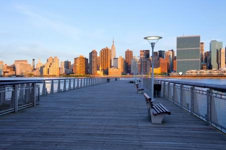 Photo pour New York City skyline from Queens, United States - image libre de droit