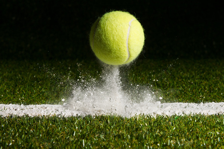 Foto de Match point with a tennis ball hitting the line - Imagen libre de derechos