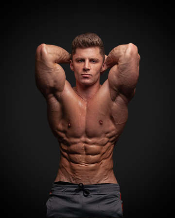 Photo pour Muscular man bodybuilder isolated on a black background .. Male posing on a black background, shows his muscles. Bodybuilding, posing, black background, model. - image libre de droit