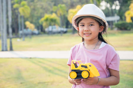 Photo pour the little girl acting as are engineer in the park. the concpet of the education, intelligence playful and future. - image libre de droit