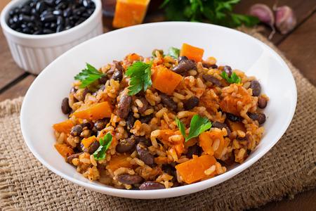 Photo pour Mexican vegan vegetable pilaf with haricot beans and pumpkin - image libre de droit