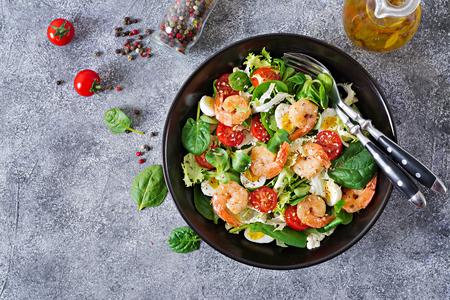 Foto de Healthy salad plate. Fresh seafood recipe. Grilled shrimps and fresh vegetable salad and egg. Grilled prawns. Healthy food. Flat lay. Top view - Imagen libre de derechos